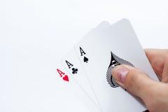 Hand mit den Spielkarten lokalisiert auf weißem Hintergrund Lizenzfreies Stockbild