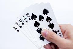 Hand mit den Spielkarten lokalisiert auf weißem Hintergrund Stockbild