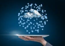 Hand mit der digitalen Tablette, die digital erzeugte Ikonen anschließt Lizenzfreie Stockfotos