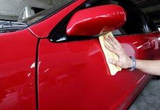 Hand mit einem Abwischen das Autopolieren Lizenzfreies Stockbild