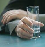 Hand mit einem Glas Stockfoto