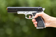 Hand mit einem Laser-Gewehr Stockfoto