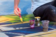 Hand mit einem Pinsel Männliche Hand mit Bürste für das Zeichnen lizenzfreie stockfotografie