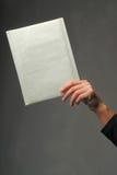 Hand mit einem Umschlag Stockfotos