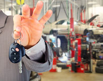 Hand mit einer Autotaste Stockfotos
