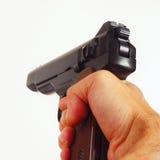 Hand mit einer Nahaufnahme der halbautomatischen Pistole der Armee Stockfotos