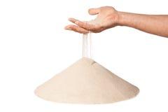 Hand mit fallendem Sand auf Stapel lizenzfreie stockfotografie