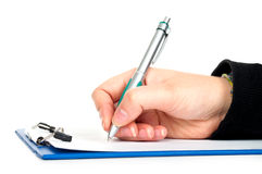 Hand mit Federschreiben auf Klemmbrett Lizenzfreie Stockfotografie