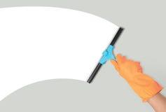 Hand mit Fensterreinigungshilfsmittel Stockfotografie