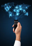 Hand mit Fernbedienung, Social Media-Konzept Lizenzfreie Stockfotos