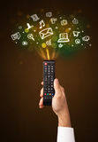 Hand mit Fernbedienungs- und Social Media-Ikonen Lizenzfreie Stockfotos