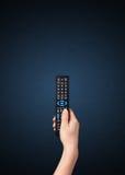 Hand mit Fernsteuerungs Stockbild