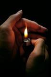 Hand mit Feuerzeug Stockbilder