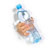 Hand mit Flasche Wasser lizenzfreie stockfotografie