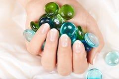 Hand mit Franzosen manikürten Nägeln Lizenzfreie Stockfotos