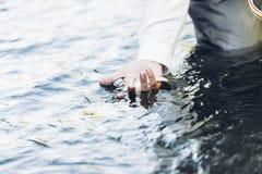 Hand mit gefangenen Fischen Stockfotos