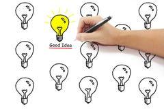 Hand mit gelber Glühlampe der Federzeichnung mit gutem Ideenwort Amon Lizenzfreie Stockbilder