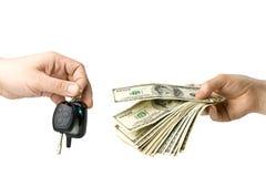 Hand mit Geld- und Autotasten Lizenzfreie Stockfotografie