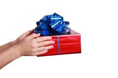Hand mit Geschenk Stockfotos