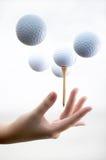 Hand mit Golfball Stockfoto
