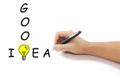 Hand mit großer gelber Glühlampe der Federzeichnung mit gutem Ideenwort Lizenzfreies Stockfoto