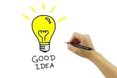 Hand mit großer gelber Glühlampe der Federzeichnung mit gutem Ideenwort Stockfotos