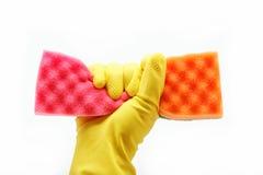 Hand mit Gummihandschuh- und Reinigungsschwamm. Lizenzfreie Stockbilder