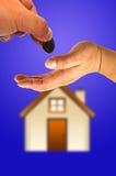 Hand mit Haus Stockfoto