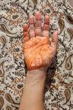 Hand mit Hennastrauch tatoo Stockfoto