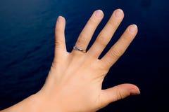 Hand mit Hochzeitsring Lizenzfreie Stockfotos