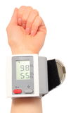 Hand mit Instrument für messenden Blutdruck Stockbild