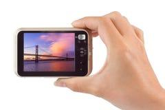 Hand mit Kamera und 25. von April Bridge - Lissabon mein Portugal Lizenzfreie Stockfotografie