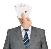 Hand mit Karten für Kopf Stockbild