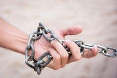 Hand mit KETTENmetall- und Sandwüste lizenzfreie stockbilder