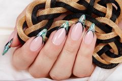 Hand mit langen künstlichen Franzosen manikürte die Nägel, die mit Funkeln verziert wurden lizenzfreies stockfoto