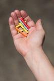 Hand mit Losen Lottoscheinen lizenzfreie stockfotografie