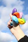 Hand mit Luftkugeln Stockfotografie
