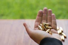 Hand mit 9mm Kugeln Hand, die Kugeln hält Lizenzfreies Stockbild