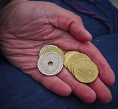 Hand mit Münzen Stockbild