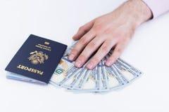Hand mit Pass und Dollar Lizenzfreie Stockbilder
