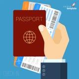 Hand mit Pass und flacher Ikone der Flugtickets Lizenzfreie Stockfotos