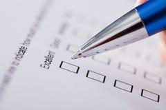 Hand mit Pen Over Blank Form lizenzfreies stockbild