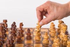 Hand mit Pferd über einem Schachbrett Lizenzfreies Stockbild