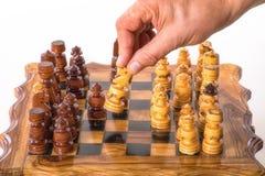 Hand mit Pferd über einem Schachbrett Lizenzfreie Stockbilder