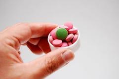 Hand mit Pille Lizenzfreie Stockbilder