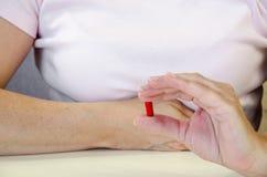 Hand mit Pille Stockbilder