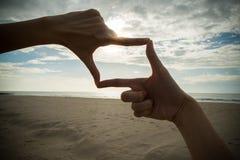 Hand mit Rahmen oben Lizenzfreie Stockfotos