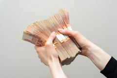 Hand mit Rechnungen der russischen Rubel auf weißem Hintergrund lizenzfreies stockfoto