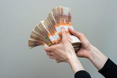 Hand mit Rechnungen der russischen Rubel auf weißem Hintergrund lizenzfreie stockbilder