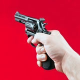 Hand mit Revolver lizenzfreie stockfotos